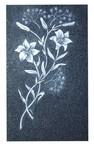motifs bouquet de fleurs gravé sur stèle funéraire